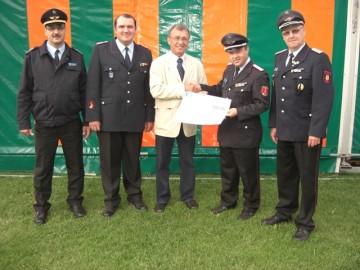 Jochim Traumann (mitte) übergibt 800 Euro an Vertreter des Helmstedter Kreisfeuerwehrverband Helmstedt e.V.