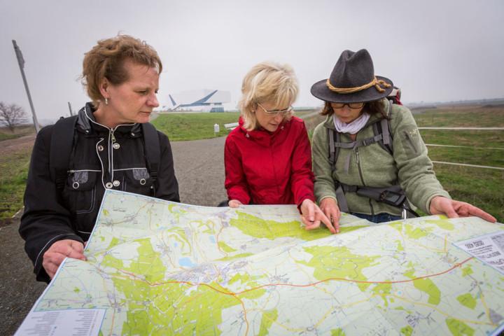 Veroniker Branstner, Sybille Hellwing und Kerstin Langenheim von der Bürgerstiftung Ostfalen kundschaften schon mal mögliche Radtouren aus.
