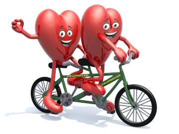 Zwei illustrierte Herzen fahren auf einem Tandem.